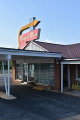 Munger Moss Motel (Adventurer Dustin Holmes) Tags: lebanonmo lebanonmissouri missouri route66 motel lacledecounty building office lodging placestostay 2018 giftshop