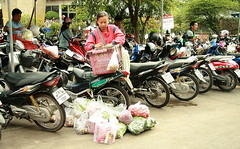 now how am i going to get all this in this box? (the foreign photographer - ฝรั่งถ่) Tags: woman groceries plastic box motorcycles market parking lot sapan mai bangkhen bangkok thailand canon