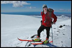 Man poserar med skidor