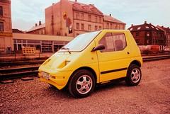 Gul elektrisk bil