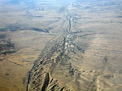 faultfind_48 (dsearls) Tags: california desert aerial sanandreasfault sanandreas platetectonics carrizoplain faultfinding cde cdescience cdegradesninethroughtwelve cdedynamicearthprocesses cdesection3 cdesubsectiond faultsystem