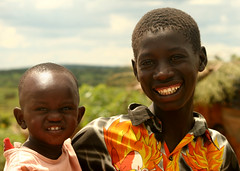 [フリー画像] [人物写真] [子供ポートレイト] [外国の子供] [アフリカの子供] [少年/男の子] [兄弟/姉妹] [笑顔/スマイル] [ウガンダ人]   [フリー素材]