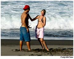 Just kidding... (Azorina) Tags: ocean blue sea portrait people love praia beach water gua azul mar fight poetry poem amor poesia michellebranch poema azorina retratodaspalavras
