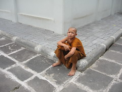 Young Monk (Alon_A) Tags: orange topf25 thailand child bangkok prayer young monk superfantastique 86 interestingness13 86points