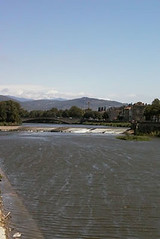 As through Pisa, the river Arno also flows through Firenze