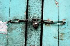 (lecercle) Tags: india paint lock bkue locked cracking