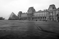 IMG_1505-BW (Pete Sieger) Tags: paris architecture 75001 sieger 1e pyramidedulouvre cournapoleon peterjsieger