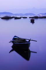 O Barco Azul [The Blue Boat] (Jim Skea) Tags: longexposure blue brazil azul brasil riodejaneiro island boat barco nightshot kitlens nikond50 noturna ilha paquet top20waterpix exposiolonga creamme jimsk cotcmostinteresting nikkor1855mm 20060910 praiadolameiro