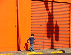 san miguel (jovivebo) Tags: boy shadow orange topf25 miguel wall walking kid san shadows child el salvador elsalvador sanmiguel centralamerica centroamerica 1111v11f scoreme41 abigfave top20orange