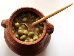 La orza de las aceitunas caseras (Micheo) Tags: granada spain aceitunas olivas olives aceite orza barro pot casero homenade redondo round o blanco white whitebackground