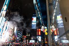 Hekto Elektro (Kai Gläßer) Tags: amerika grosstadt kultur metropole newyork newyorkcity newyorkreise nordamerika reise reisefotografie stadt städtereise timessquare usa weltstadt mickeymouse mickymaus waltdisney leuchtreklame spiegelung