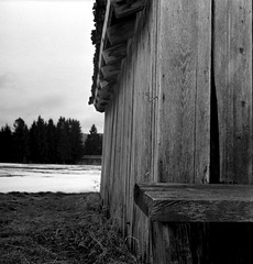 . (irgendwiejuna) Tags: winter bavaria pentaconsixtl pentacon hp5 ilfordfilm ilford 120mm mediumformat blackandwhite shootfilm analaogue nopeople barn