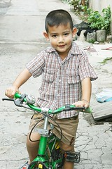 handsome boy on his bicycle (the foreign photographer - ฝรั่งถ่) Tags: handsome boy bicycle khlong thanon portraits bangkhen bangkok thailand canon