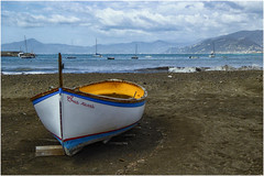 "the boat "" Cua russa "" ... (miriam ulivi - OFF /ON) Tags: miriamulivi panasonicdmctz60 italia liguria sestrilevante baiadellefavole spiaggia beach barche boats mare sea onde waves cielo sky nuvole clouds litorale coast"