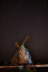 Många stjärntecken (Cajofavi) Tags: fs180415 tecken sign fotosondag sjärnor stars nightsky natthimlen kvarn resmo öland sweden lighttrails väderkvarn windmill