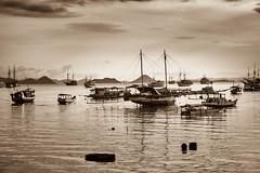 La baie des pirates (BoCat31) Tags: bateau pirate mer eau jonque indonésie florès monochrome nb