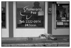 Paz (Eugenio García.) Tags: fotocallejera streetphotography leica elmar 28 5cm eastmandoublex alfredfilm ddx ilford epsonv700 betterscanning