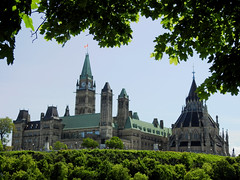 The Parliament Buildings viewed from Mayor's Hill Park in Ottawa, Ontario (Ullysses) Tags: parliamenthill parliamentbuildings majorshillpark ottawa ontario canada spring printemps collineparlementaire