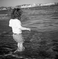 . (Film_Fresh_Start) Tags: 6x6 argentique borddemer carlzeissplanar75mm35 côtedazur ilfordpanf50 moyenformat rolleiflex35fk4f tlr enfance childhood plage