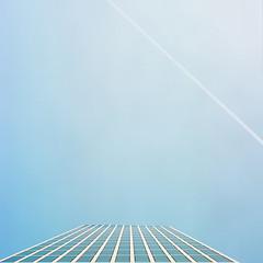 Stadtsommer (derChambre) Tags: film analog shotonfilm kodakportra400 yashicamat124g blau himmerl wolkenkratzer kondensstreifen fenster
