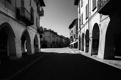 Ombre e luci (fabrizio_buoso) Tags: noiretblanc nikonclubit piemonte biancoenero bw bianconero blackwhite visitpiedmontitaly vicoli viuzza