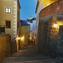 IMG_20180410_175630_092 (Bildredaktion Wien) Tags: linz oberösterreich upperaustria altstadt city downtown häuser houses buildings abend nacht evening night austria