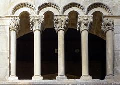 galeria romanica de columnas Palacio de los Reyes de Navarra Estella Navarra 04 (Rafael Gomez - http://micamara.es) Tags: galeria romanica de columnas palacio los reyes navarra estella