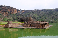 Bhutanath de Badami, Inde (voyagesphotos) Tags: inde india karnataka badami temple religion hindouisme hindou hindu eau lac chutes