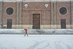 In rosso - In red. (sinetempore) Tags: pavia street duomo cathedral neve snow freddo cold inverno winter ombrello umbrella fiocchidineve snowflakes passeggiatasottolaneve walkunderthesnow inrosso inred luomoconlombrellorosso luomoinrosso themaninred