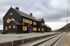Lonely station at Hjerkinn Norway (Thijs de Bruin) Tags: noorwegen hjerkinn dovre norway trainstation station