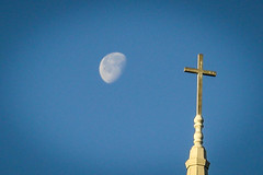 Moon & cross - Anderson S.C. (DT's Photo Site - Anderson S.C.) Tags: canon 6d 24105mml lens upstate andersonsc southcarolina boulevardbaptchurch steeple spire moon sacred cross church blue scenic christian southern america usa