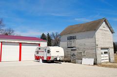 Retro Camper (Cragin Spring) Tags: illinois il midwest unitedstates usa unitedstatesofamerica bigrock bigrockil bigrockillinois barn trailer camper garage