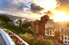 """""""Resplandor desde la montaña"""" (atempviatja) Tags: resplandor montaña luz sol puesta de mar isla casas pueblo puerto la cruz tenerife"""