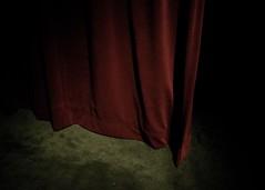 La passion de la musique... (woltarise) Tags: exposition hommage leonardcohen montréal rideau rouge passion salles vidéos ricohgr
