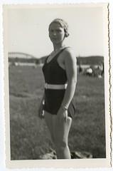 . (Kaïopai°) Tags: frau woman dame vintage femme badeanzug ufer fluss brücke bridge bathing bathingdress