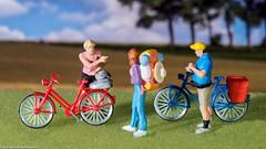 Tiny People - Navigationshilfe (J.Weyerhäuser) Tags: 187 preiser tinypeople radfahrer h0 wanderer