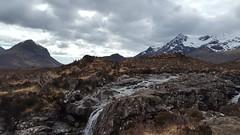 Scottish landscape (Raúl Alejandro Rodríguez) Tags: montañas mountains cascada waterfall paisaje landscape agua water rocas rocks isle skye escocia scotland uk nwn