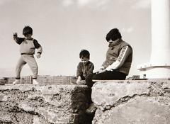 Au bord de l'eau. (maxguitare1) Tags: noiretblanc blackandwhite enfant niño child bambino personnes monochrome