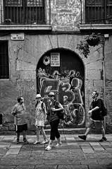 Turistes 2b / Turistas / Tourists (Wizard7oz) Tags: barcelona candid city life light nikon d90 people street streetlife streetphoto urban bw blackandwhite white summer architecture walk man woman