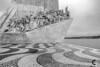 Monumento aos Descobrimentos. (Carlos Velayos) Tags: lisboa lisbon portugal monocromo monochrome blancoynegro blackandwhite descubrimientos monumento viaje travel trip viajar mar sea atlantico atlantic arquitectura architecture