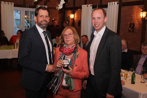 Verleihung der Willy-Brandt-Medaille an die ehemalige Ammerländer Landtagsabgeordnete Sigrid Rakow durch Minister Olaf Lies.