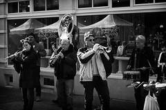 OKSF 149 (Oliver Klas) Tags: okfotografien oliver klas street streetfotografie streetphotography strassenfotografie streetart streetphotographer streetphoto schwarzweis schwarzweissfotografie blackandwhite monochrom personen people menschen persons deutschland germany stadt city kunst art künstler kultur strasenmusik akustik band combo gruppe kapelle musik musikgruppe konzert gesang unterhaltung instrumente rock pop blues singen jazz orchester auftritt trompete trommel posaune tuba flöte querflöte perkussion de