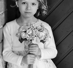 INÉS (@merchelas) Tags: bnw blancoynegro retrato portrait niña flores flowers ramo black blackwhite