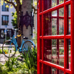 red & blue [... and green ...] (Armin Fuchs) Tags: arminfuchs würzburg sanderau telephone bicycle green grass london red blue niftyfifty