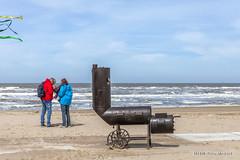Red & Blue (Pieter Musterd) Tags: couple paar people kijkduin strand beach zee branding golven zand rugzak pietermusterd musterd canon pmusterdziggonl nederland holland nl canon5dmarkii canon5d denhaag 'sgravenhage bbq