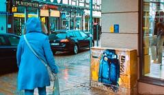 🔵 🔵 (Mister G.C.) Tags: street urban photograph colour color yashica yashicaautofocusmotor compactcamera pointshoot 38mm f28 primelens autofocus streetphotography urbanphotography shot image candid people juxtaposition graffiti town city analog analogphotography 35mm film farbe strassenfotografie mistergc germany niedersachsen lowersaxony deutschland europe gold 200 kodak