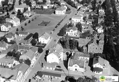 tm_7448 - Nya torget, Tidaholm (Tidaholms Museum) Tags: svartvit positiv tidaholm exteriör bostadshus torg 1947 flygfoto
