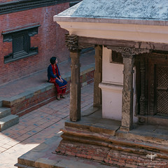 Asia / Nepal / Lalitpur / Patan Museum (Pablo A. Ferrari) Tags: pabloferrariart asia kathmandu lalitpur patan woman mujer aquitectura architecture unesco historicalsite patanmuseum solitude traditional