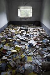 Peyton place in fiesta (_wysiwyg_) Tags: urbex ue urbanexploration abandoned abandonné abandon maisonabandonnée mansion livres books decay derelict désaffecté italie italy