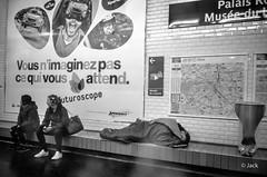 sans commentaire (Jack_from_Paris) Tags: l1012593bw leica m type 240 10770 leicasummicronm35mmf2asph 11879 dng mode lightroom capture nx2 rangefinder télémétrique bw noiretblanc monochrom wide angle paris 75 rue street métro sdf affiche